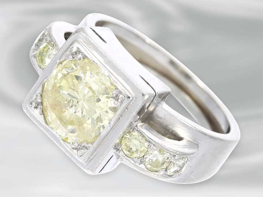 Ring: solid platinum ring with brilliant trim, probably Dating from the Art Deco, yellow Fancy diamond of approximately 1.5 ct - photo 1