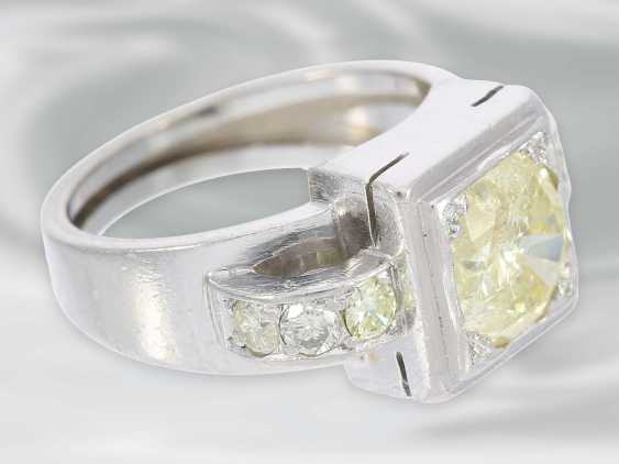 Ring: solid platinum ring with brilliant trim, probably Dating from the Art Deco, yellow Fancy diamond of approximately 1.5 ct - photo 2