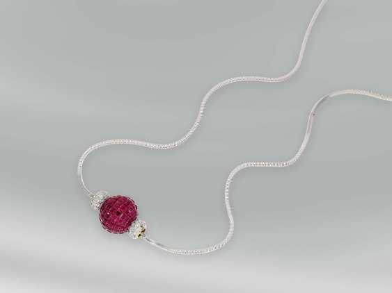 Chain/necklace: white gold chain with a modern ball pendant complete with the finest rubies of approx. 15,63 ct occupied, side panels with diamond trimming - photo 1