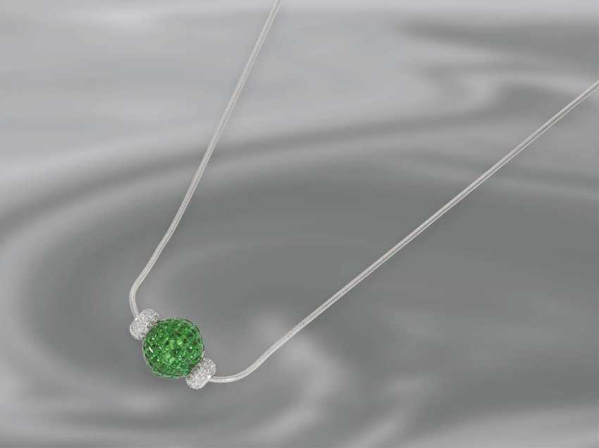 Chain/necklace: white gold chain with a modern ball pendant, complete with Tsavorites of 14.58 ct occupied parts of a page with brilliant trim, 18K Gold, unworn - photo 2