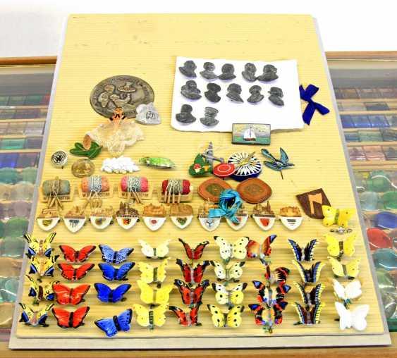 WHW 1. Hälfte 20. Jahrhundert - Einige Tausend Abzeichen in eigens dafür angefertigter Kommode. - photo 3