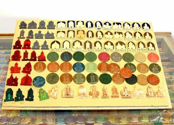 WHW 1. Hälfte 20. Jahrhundert - Einige Tausend Abzeichen in eigens dafür angefertigter Kommode. - photo 4
