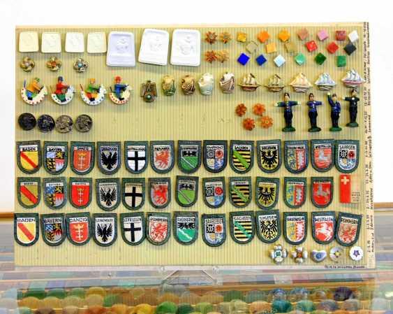 WHW 1. Hälfte 20. Jahrhundert - Einige Tausend Abzeichen in eigens dafür angefertigter Kommode. - photo 5
