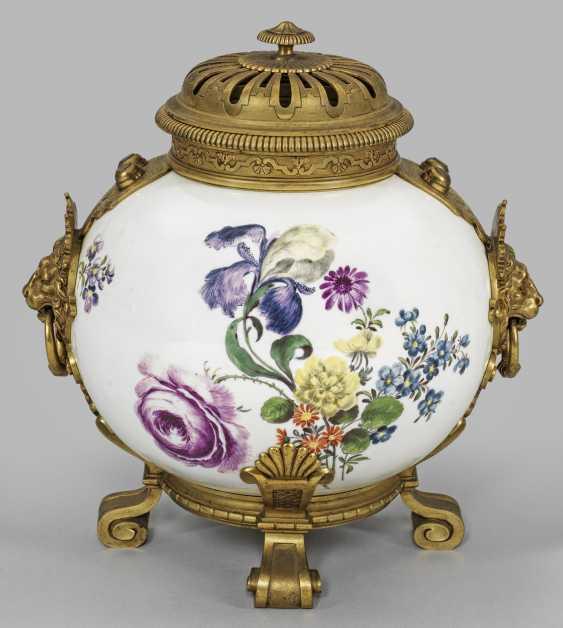 Magnificent potpourri vase with flowers decor - photo 1