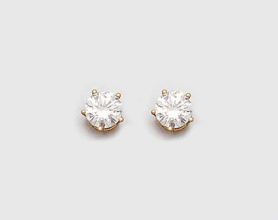 Pair of classic brilliant stud earrings - photo 1