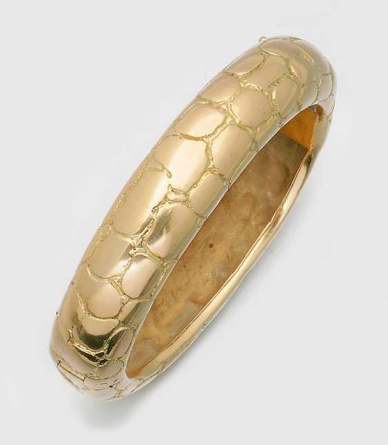 A decorative bangle in the style of Van Cleef et Arpels - photo 1