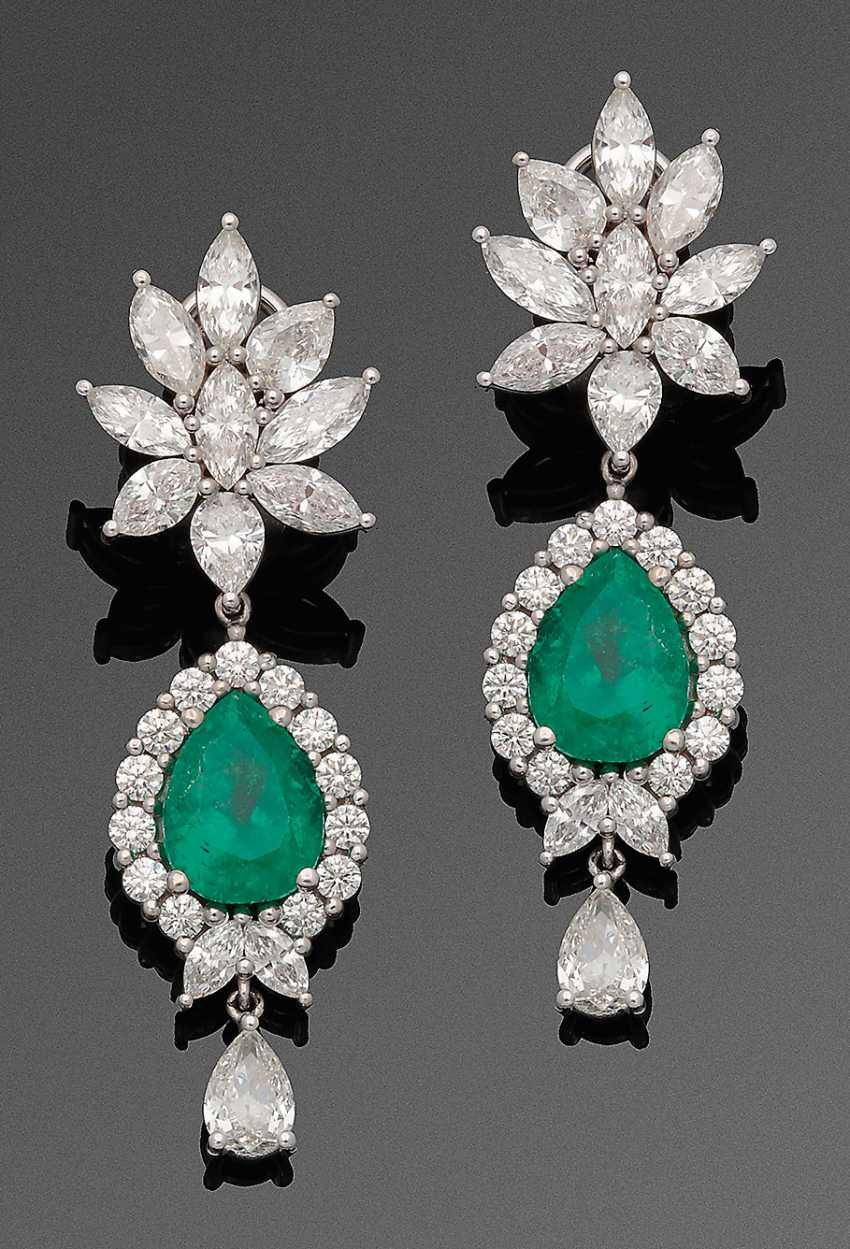 Pair of magnificent emerald and diamond drop earrings - photo 1