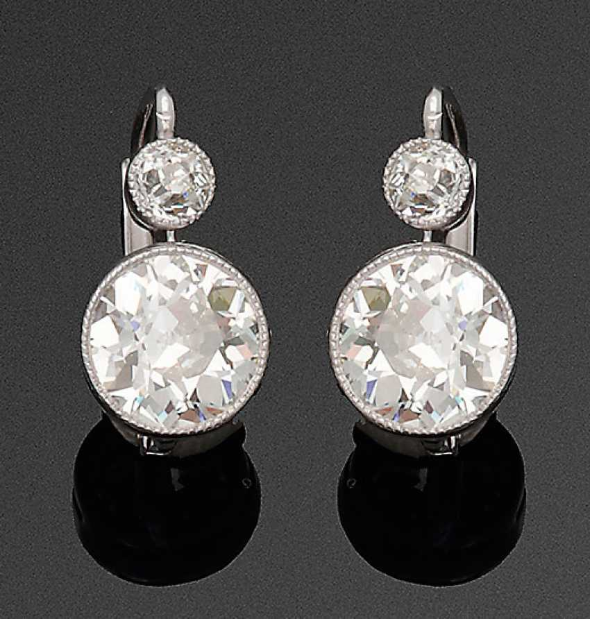 Pair of elegant Art Deco diamond earrings - photo 1