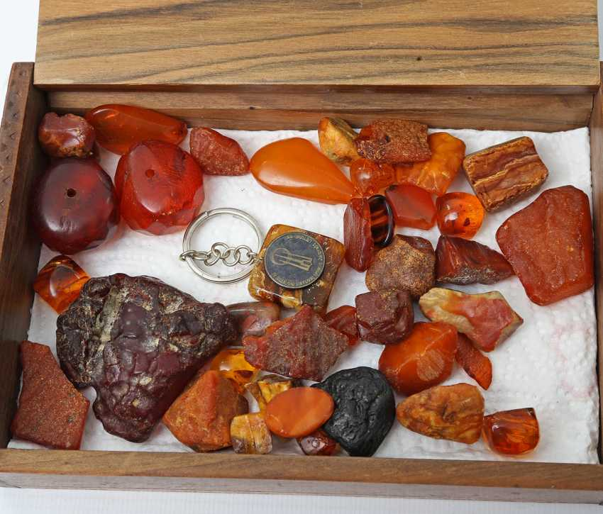 Loose amber stones in two wooden boxes, 1. Half of the 20. Century - photo 2