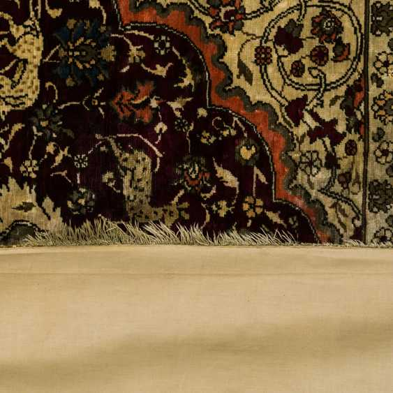 Oriental rug made of silk, 1. Half of the 20. Century., 206x110 cm - photo 2