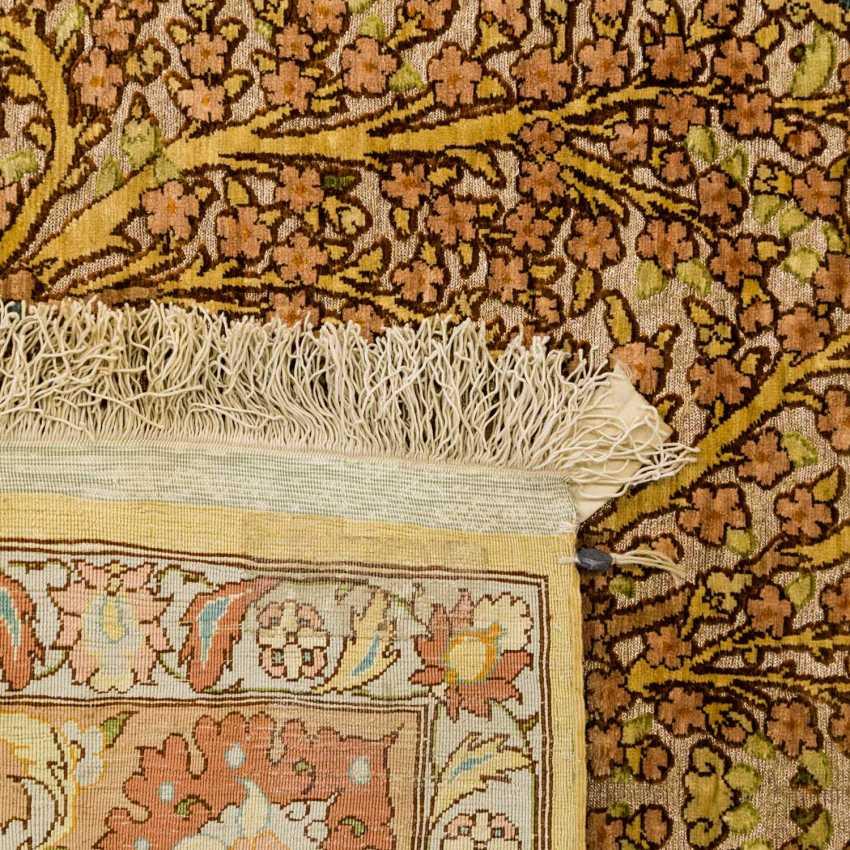 Oriental rug made of silk. HEREKE, 20. Century, approx. 135x88 cm - photo 2