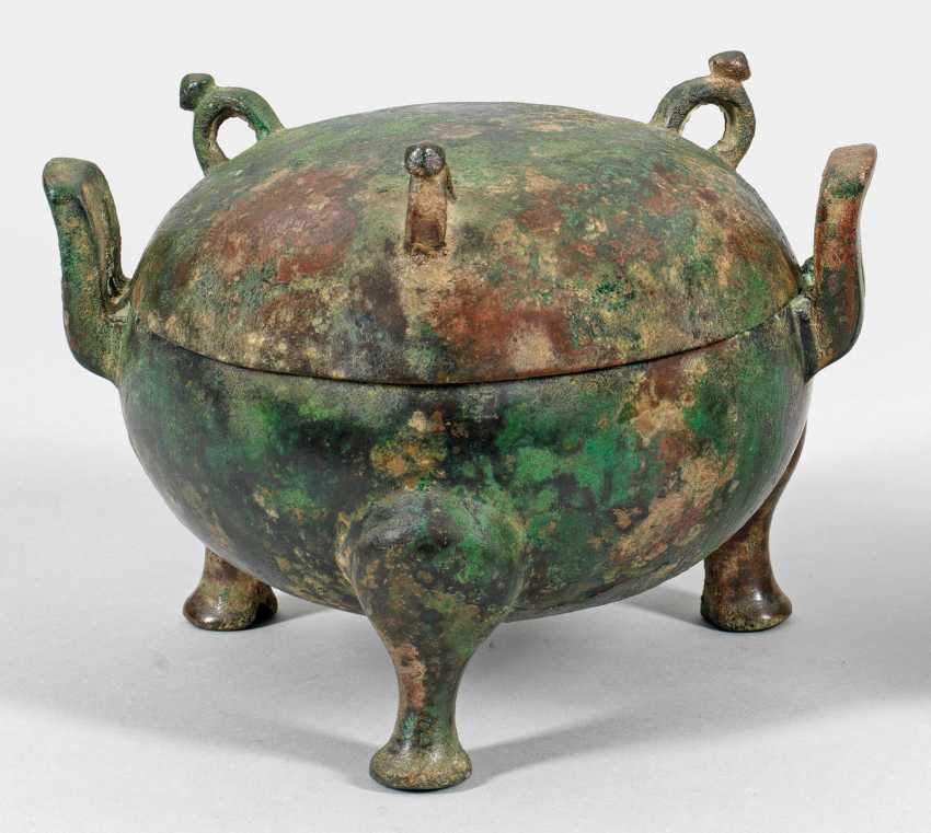 Bronze tripod vessel with lid from the Han dynasty - photo 1