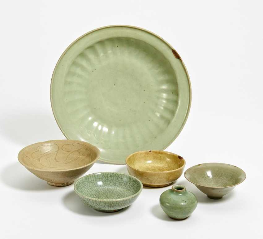 A large celadon dish with Twin Fish decor, and five more parts - photo 1