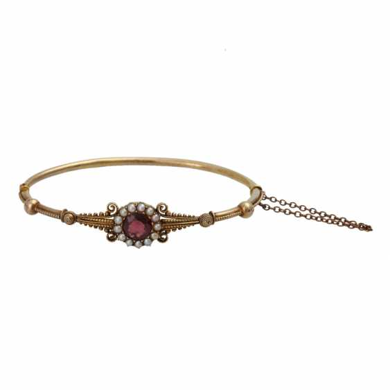 Bangle bracelet with round fac. Garnet framed by seed pearls, - photo 1