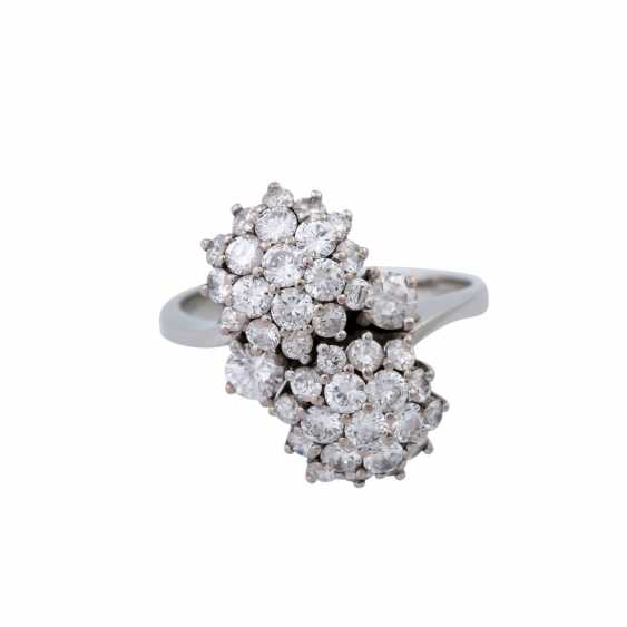 Ring set with numerous brilliant-cut diamonds together approximately 1.5 ct, - photo 1