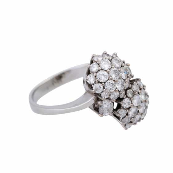 Ring set with numerous brilliant-cut diamonds together approximately 1.5 ct, - photo 2
