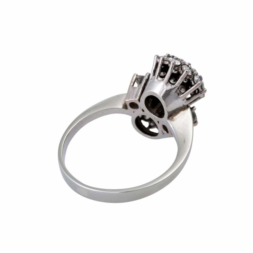 Ring set with numerous brilliant-cut diamonds together approximately 1.5 ct, - photo 3