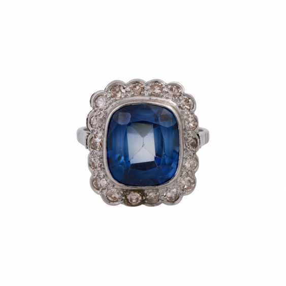 Ring with synth. Sapphire entouriert of 18 octagonal diamonds, - photo 1