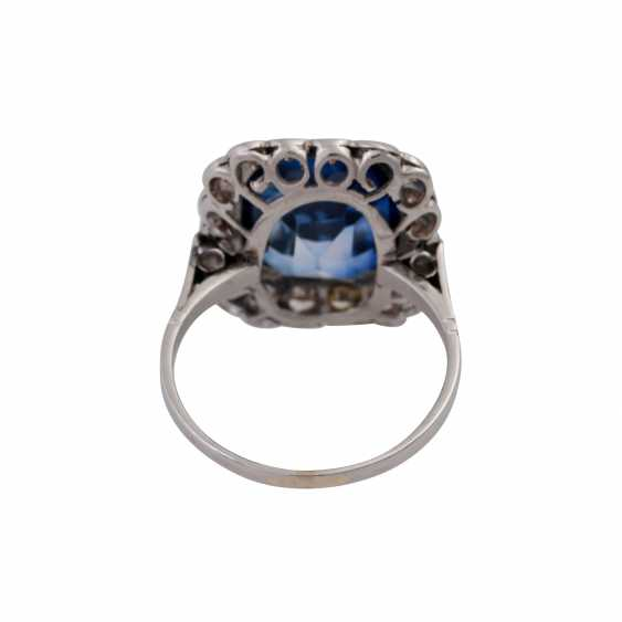 Ring with synth. Sapphire entouriert of 18 octagonal diamonds, - photo 4