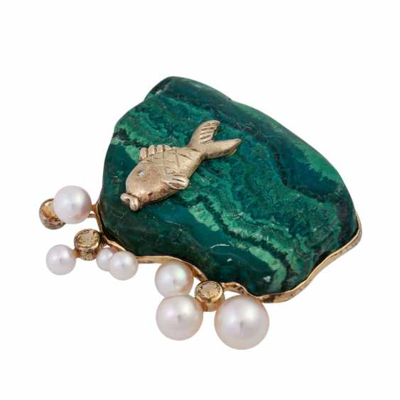 Brooch made of malachite with fish detail, cultured pearls and cubic Zirconia - photo 2
