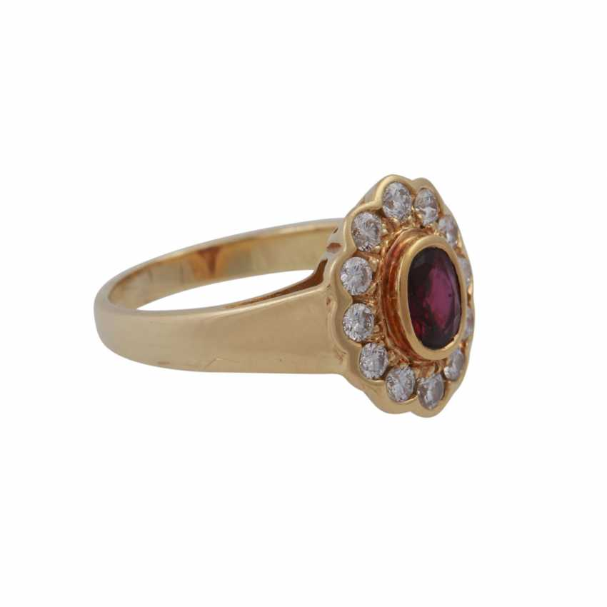 Ring with oval ruby, entouriert of 12 brilliant-cut diamonds, - photo 2