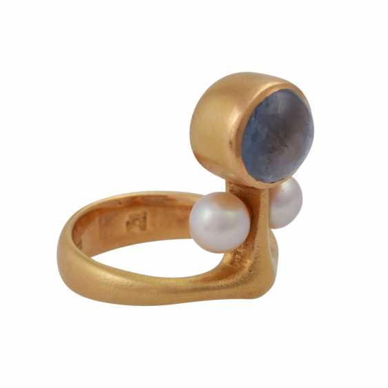 Ring with bright blue sapphire, approx 8,5 mm, 2 cultured pearls, - photo 2