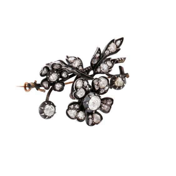 Flower brooch with numerous diamond roses, - photo 4