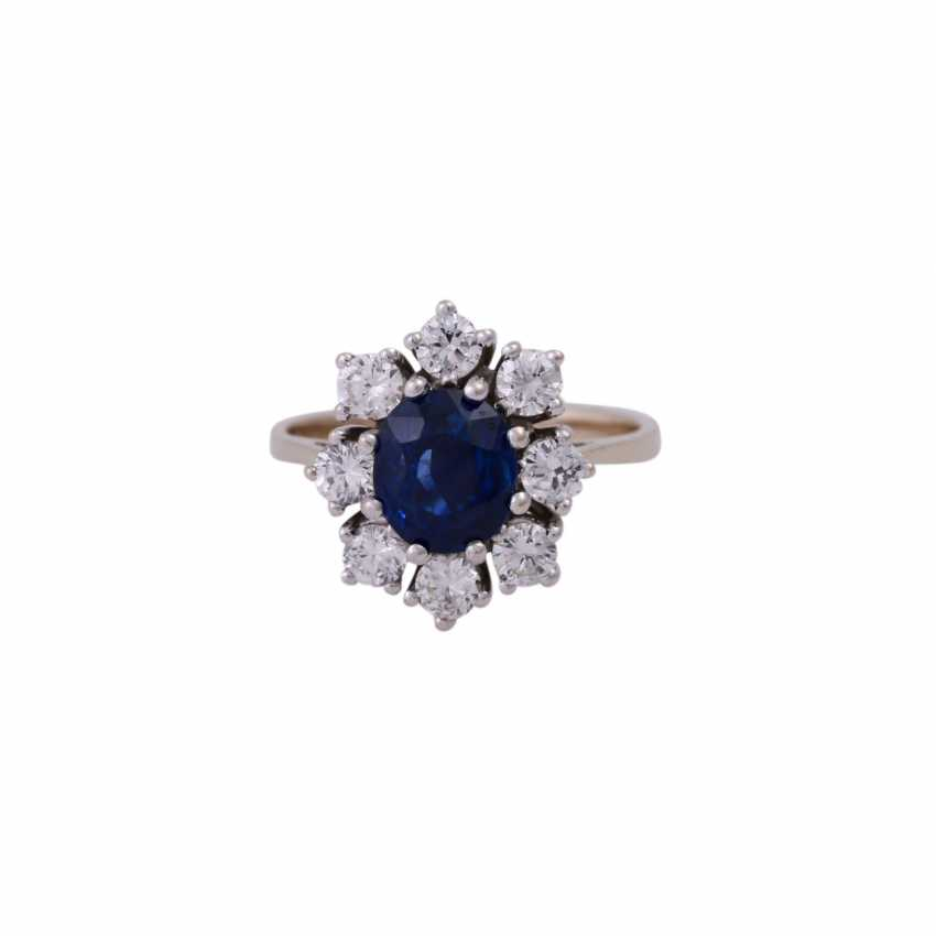 Ring with oval sapphire and 8 brilliant-cut diamonds, together approx 0,7 ct, - photo 1