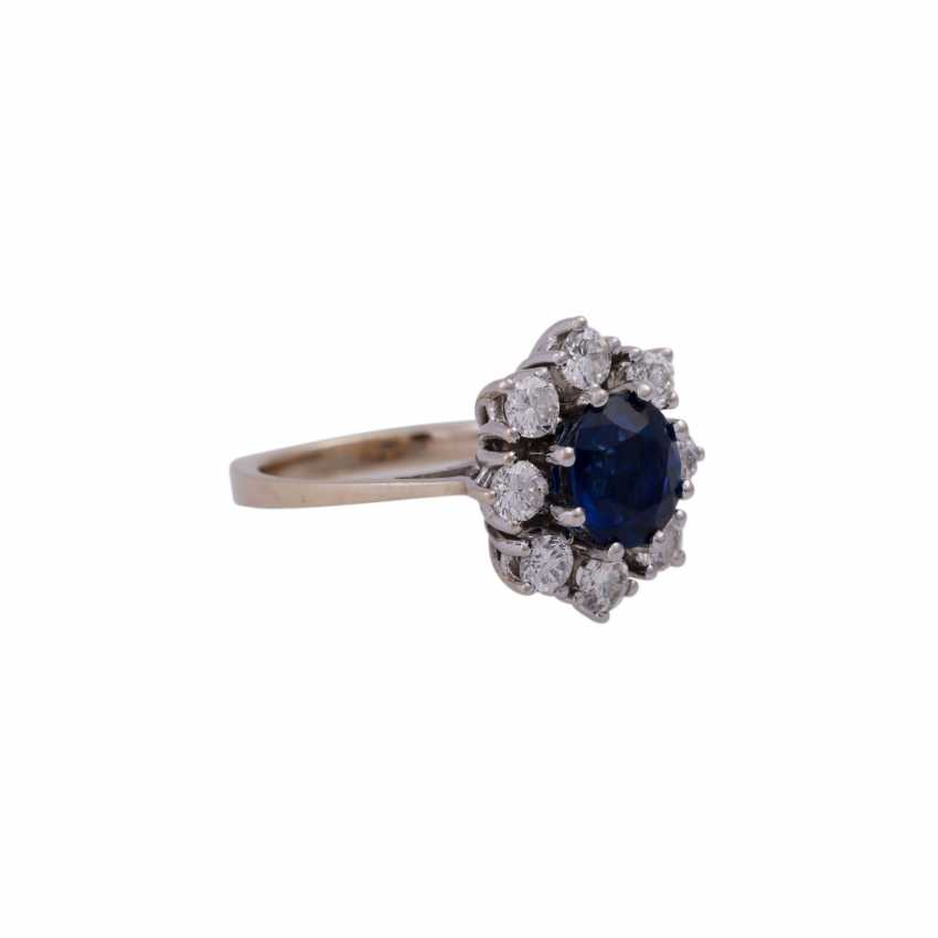 Ring with oval sapphire and 8 brilliant-cut diamonds, together approx 0,7 ct, - photo 2