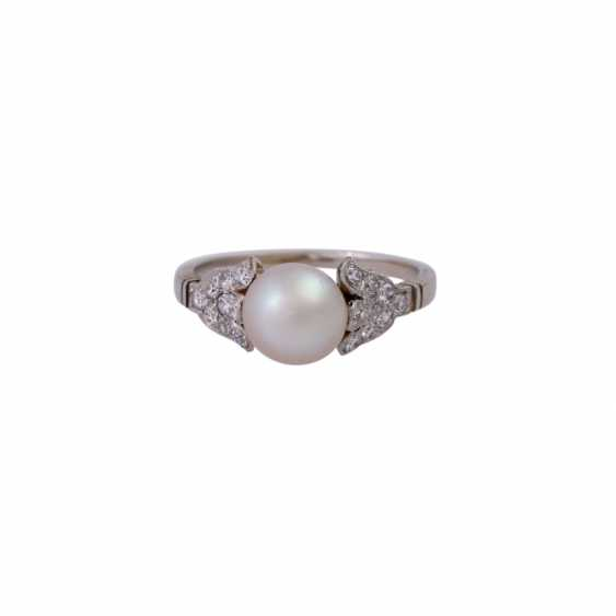 Ring with a Central cultured pearl and octagonal diamonds, together approx 0,18 ct, - photo 1