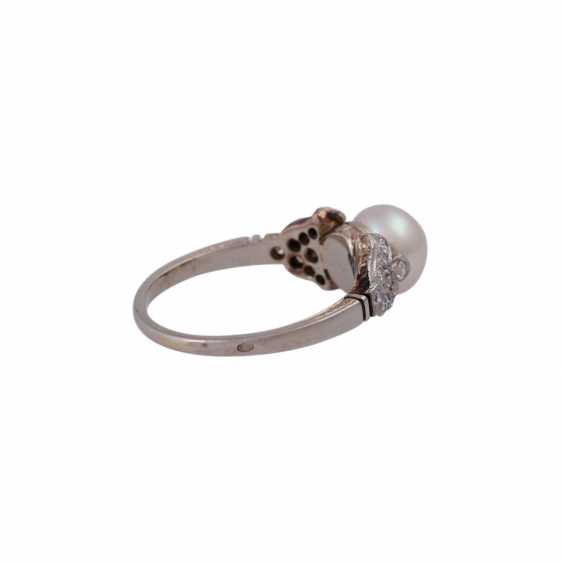Ring with a Central cultured pearl and octagonal diamonds, together approx 0,18 ct, - photo 3