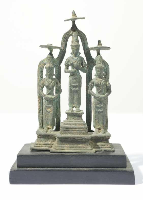 Stehemde Hindu deities in a group of three - photo 1