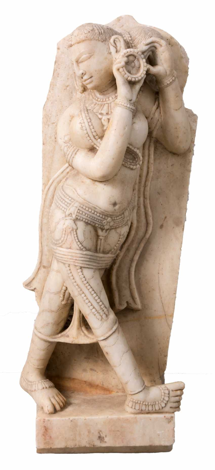 Very large Indian sculpture of a female Subgöttin marble - photo 1