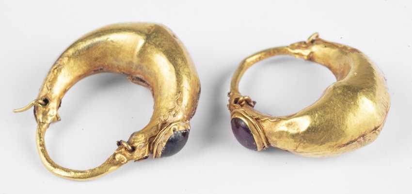 A Few kahnförmige gold earrings with garnet bead - photo 1