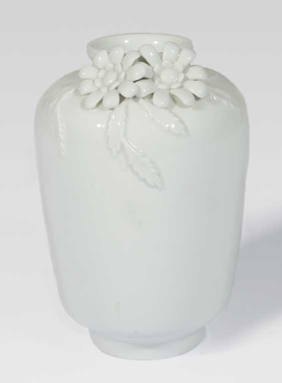 White Vase with aplliziertem floral decor - photo 1