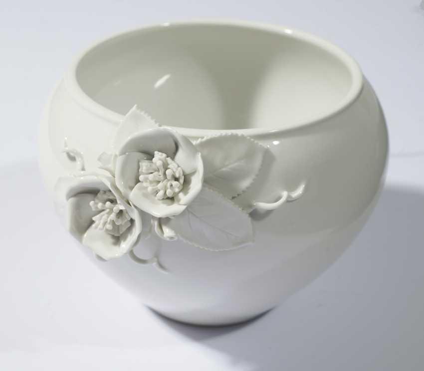 White Vase with aplliziertem floral decor - photo 1