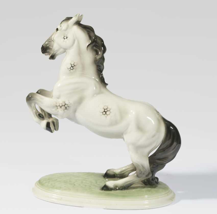 Be aufbäumendes horse on an oval terrain base - photo 1
