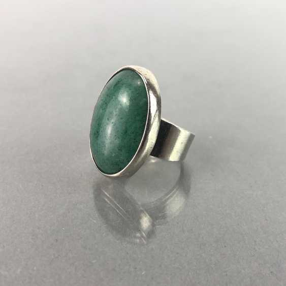 Ladies ring with a large emerald. - photo 1