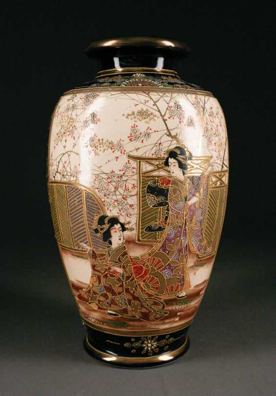 STAMPS-VINTAGE SATSUMA VASE, AND SIX SMALL PLATES WITH small BOWLS (dragon decoration), Japan, 20. Century - photo 1
