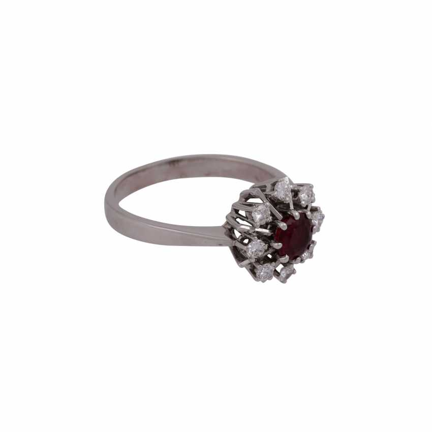 Ring with ruby approximately 0.7 ct and 8 brilliant-cut diamonds, together approx 0.32 ct - photo 2