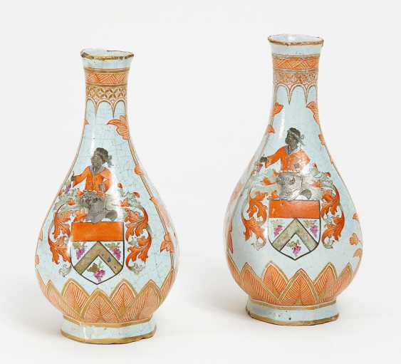 Pair of small vases with coat of arms decor - photo 1