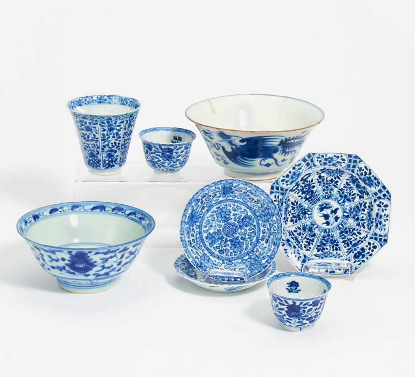 Three coupling with the bottom plate, and two bowls of blue and white porcelain - photo 1