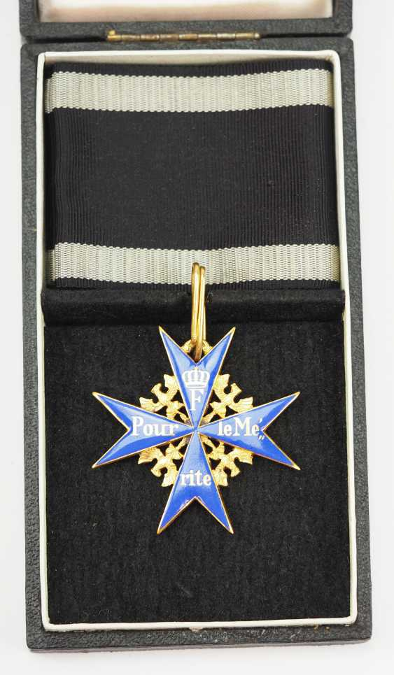 1957: Pour le Mérite for military merits, in a case. - photo 1
