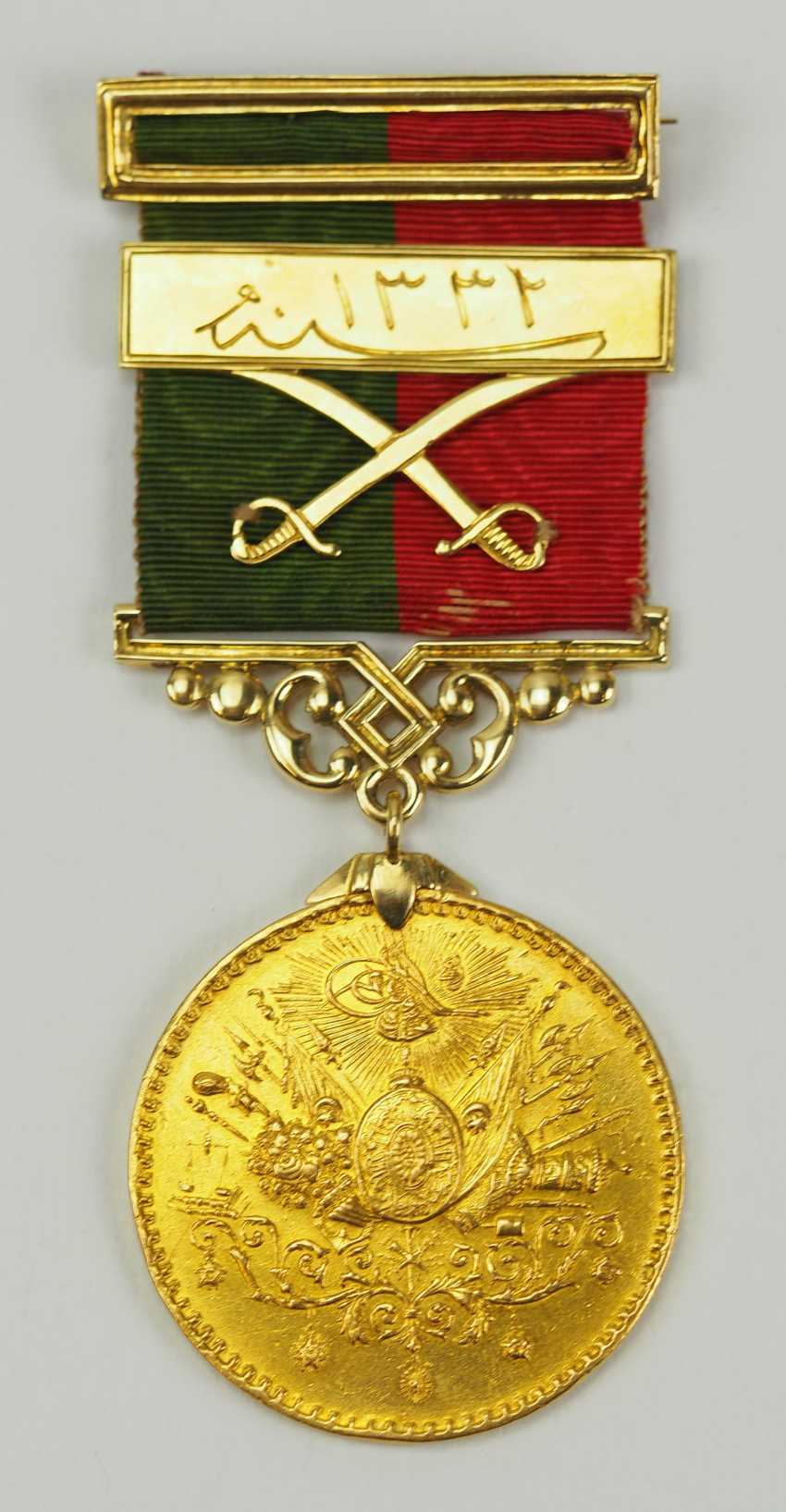 Turkey: Imtiyaz-medal, in Gold, with swords and date clasp of the Doulat Aouweit. - photo 1