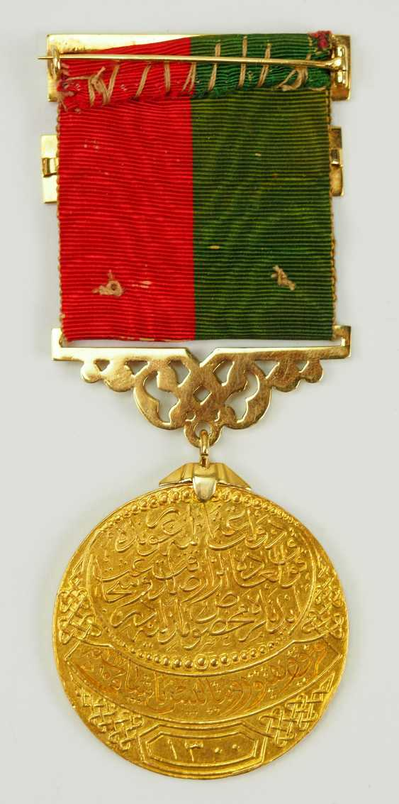 Turkey: Imtiyaz-medal, in Gold, with swords and date clasp of the Doulat Aouweit. - photo 4