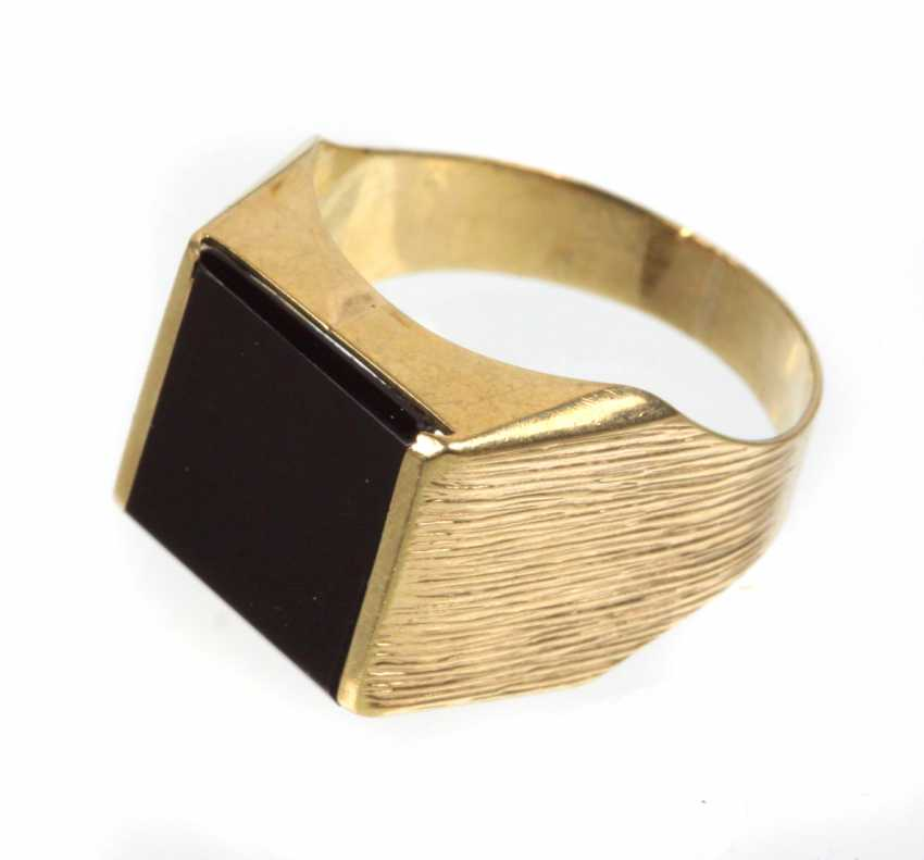 Men's ring with Onyx in yellow gold 333 - photo 1