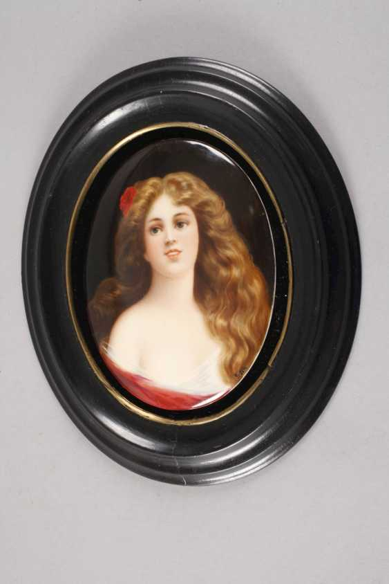 Porcelain plate with girl portrait - photo 4