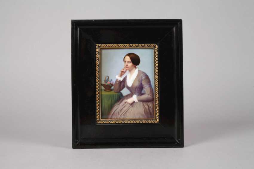 Porcelain plate with a half-figure portrait - photo 2