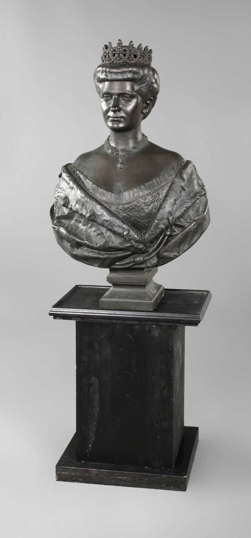 Oversized bust of Queen Elena of Italy - photo 1