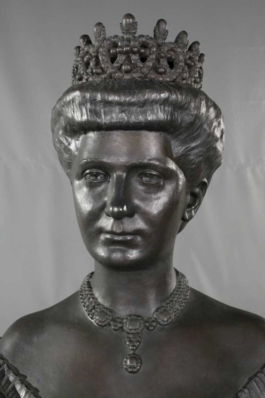 Oversized bust of Queen Elena of Italy - photo 2